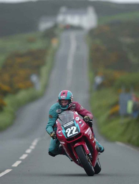 Approaching The Creg - 600 Production TT 2002
