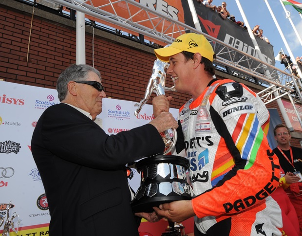 Geoff Duke presents John McGuinness with the Senior TT trophy in 2008