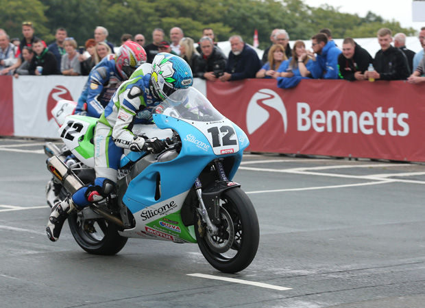 Dean Harrison launches the Silicone Engineering Kawasaki ZXR750 off the line (Photo credit: Dave Kneen)