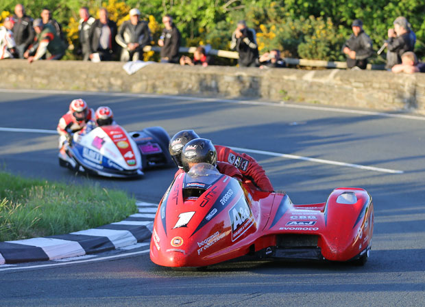 Reeves chases down Molyneux at the Gooseneck