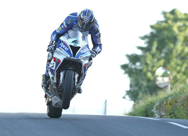 Credit: Dave Kneen/Pacemaker Press Intl. : Ian Hutchinson topped the Superbike and Superstock qualifying times on Tuesday's (31st May) qualifying session at the Isle of Man TT
