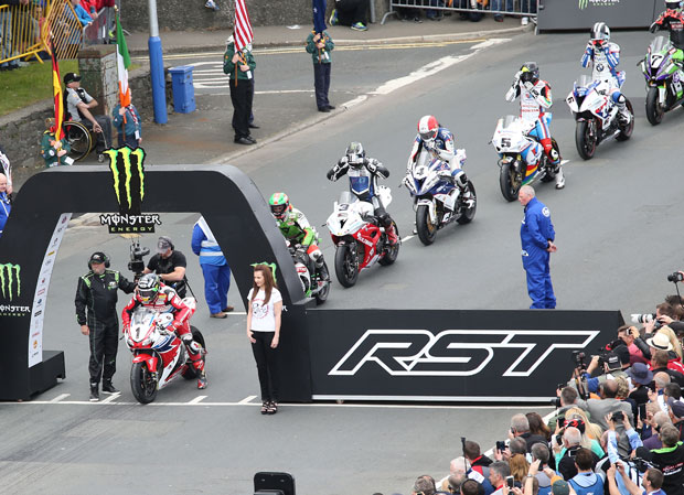 Start of the 2015 Superbike TT