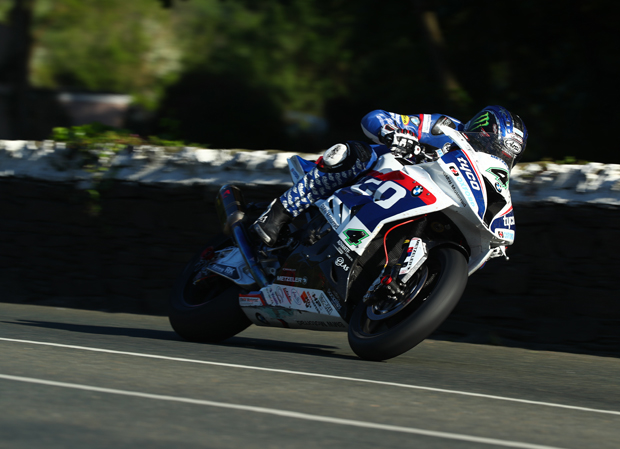 Ian Hutchinson in action on the Tyco BMW Superbike at TT 2016
