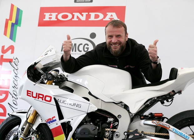 Bruce Anstey gives two thumbs up ahead of the start of qualifying at TT 2017