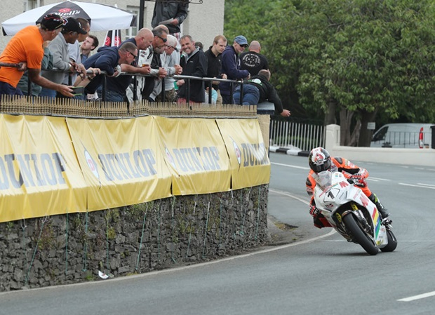 Conor Cummins at Ballaugh on the Masterpixel Padgetts Superbike. Photo Dave Kneen / Pacemaker Press Intl