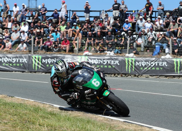 Michael Dunlop wins Bennetts Lightweight TT Race. Photo Dave Kneen / Pacemaker Press Intl.