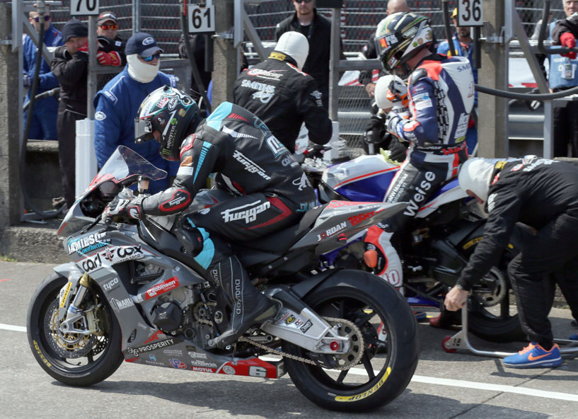 Both Michael Dunlop and race winner Peter Hickman chose to use Dunlop tyres in the RL360º Superstock TT Race. Photo Stephen Davison / Pacemaker Intl